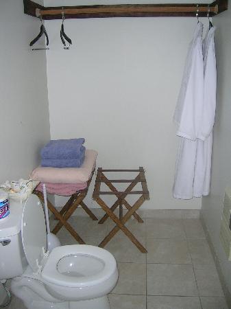 Moonstone Inn: Rest of Bathroom