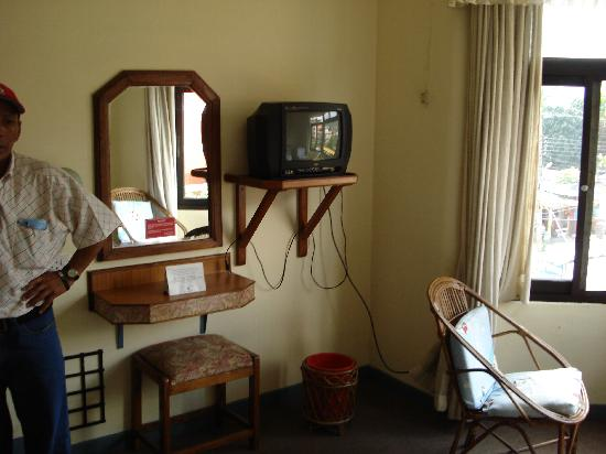Hotel Meera : tv set at the foot of the beds