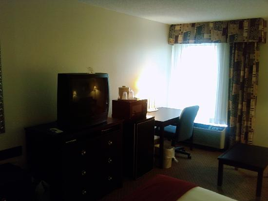 Holiday Inn Express Chester: TV and desk