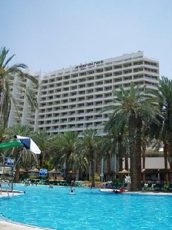 David Dead Sea Resort & Spa: View of the hotel from the very large pool