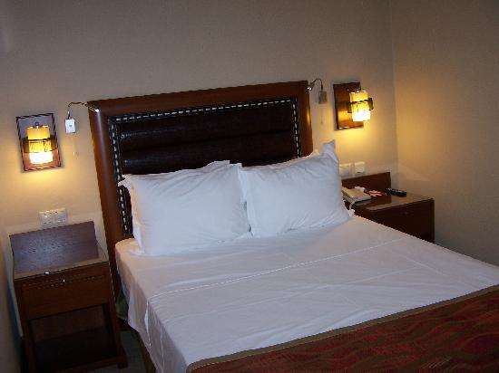 Ramada Istanbul Old City: habitación con cama de matrimonio