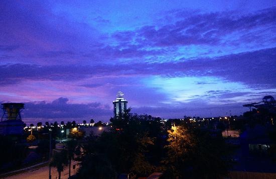 Orlando Continental Plaza Hotel: L'aube vue de notre balcon!