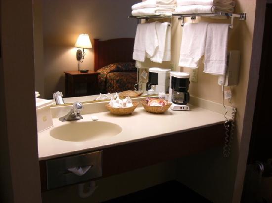 Best Western Cordelia Inn: sink area is separate from toilet/shower area