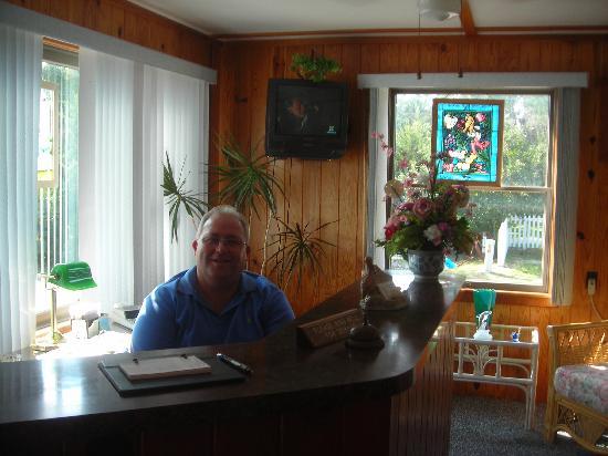 Sand Dollar Motel: Friendly Manager-Roger Garish