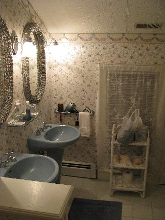 Garden and the Sea B&B Inn: Chantilly bathroom