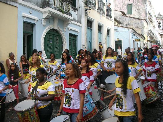 Hotel Casa do Amarelindo: women batucada next to the hotel