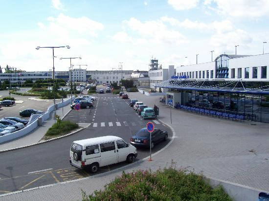 Ramada Airport Hotel Prague: View from our bedroom window of terminal 3