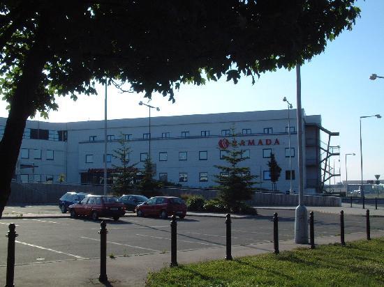 Ramada Airport Hotel Prague : Outside