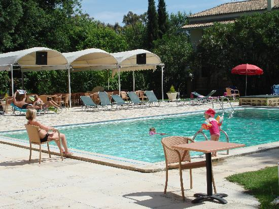 Primavera: poolside