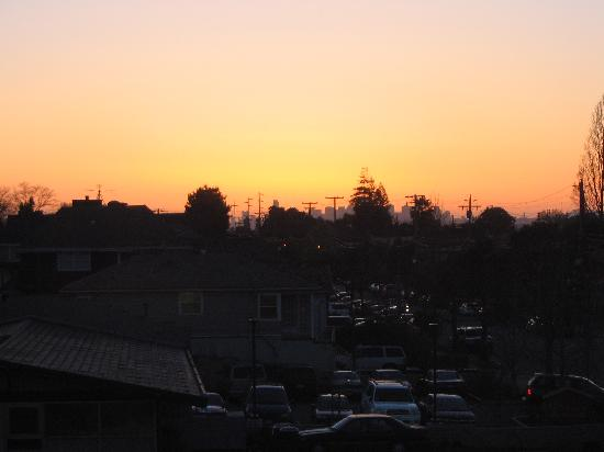Hawthorn Suites by Wyndham Oakland/Alameda: view of sunset over SF - taken from our room window
