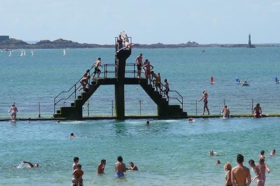 Hotel Le Nautilus: plage du bon secours avec piscine dans la mer