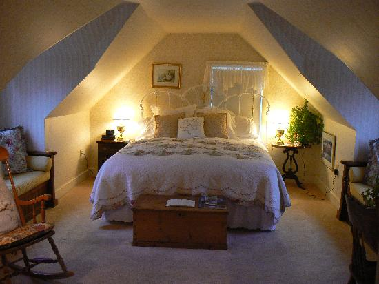 Headlands Inn Bed & Breakfast: Kind size feather bed