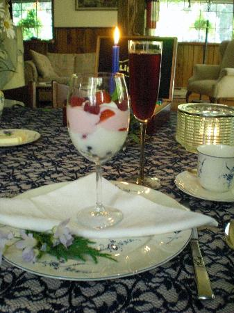 Cedar Song B&B and Cottage: breakfast parfait, course #1