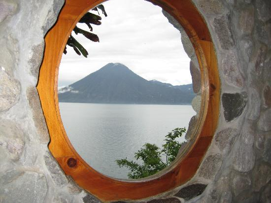 La Casa del Mundo Hotel: Volcano view from the window