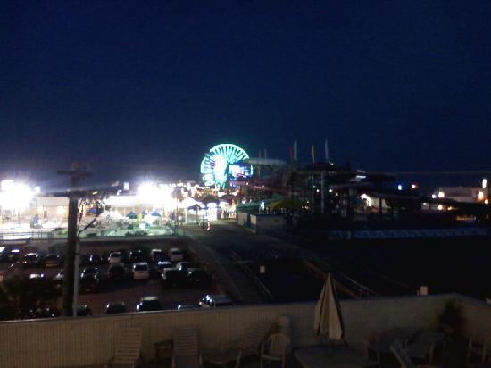 Beach Terrace Motor Inn: this is the view from our room at night