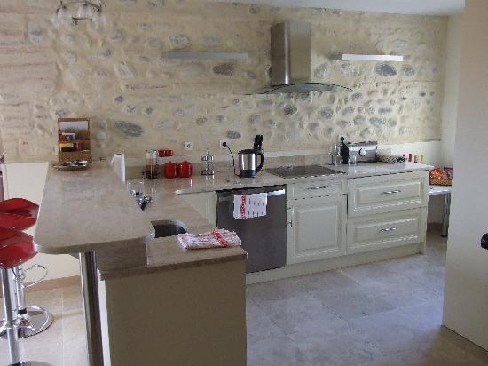 Chateau La Tour Apollinaire: Kitchen for the Chablis room