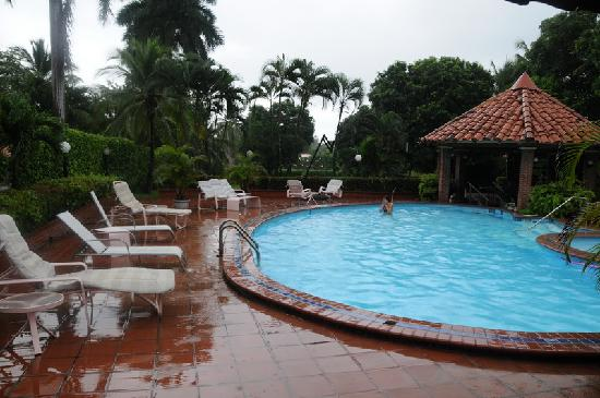 Coronado Beach Bed & Breakfast: Rain - so what when the pool is this good!