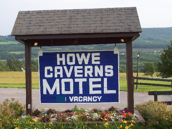 Howe Caverns Motel: Motel sign