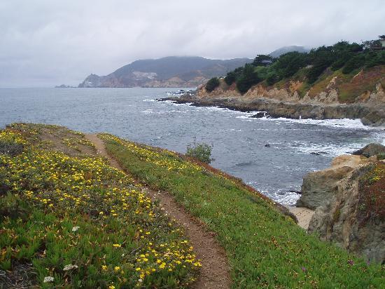 HI-Point Montara Lighthouse: The nearby beach and coastline