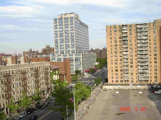 The Harlem YMCA : Vecindario del Harlem, en la esquina esta la parada del subway.