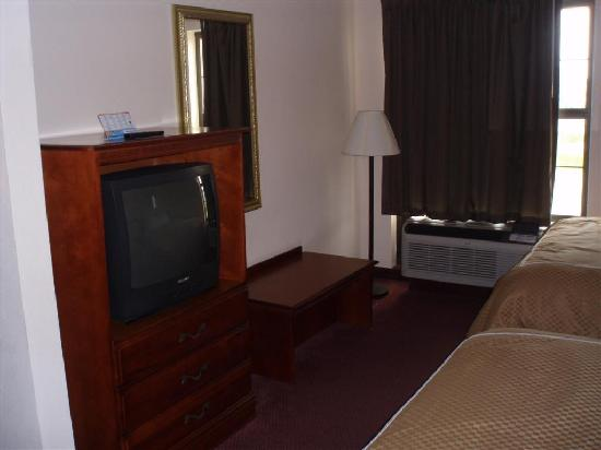 Quality Suites: TV and area for luggage
