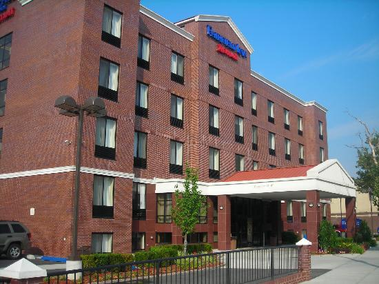Fairfield Inn New York LaGuardia Airport/Astoria: Hotel exterior