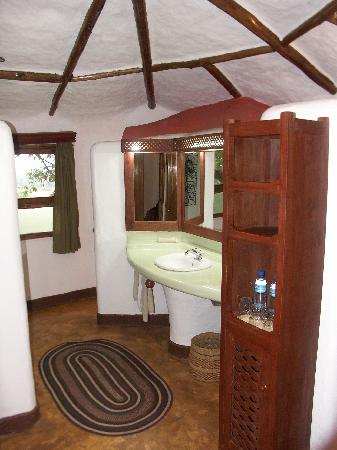 Kigongoni Lodge: Spacious Bathroom