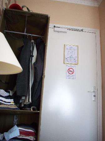 Hotel de Bellevue Paris Gare du Nord: Petit range vêtements.