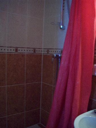 Hotel de Bellevue Paris Gare du Nord: La grande douche avec eau chaude.