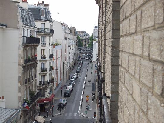 Hotel de Bellevue Paris Gare du Nord: Vue du 5ieme étage (Station de métro au bout de cette rue).