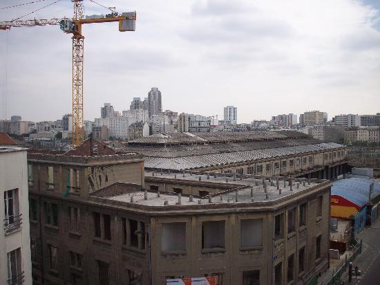 Hotel de Bellevue Paris Gare du Nord: Vue deface du 5iem étage (Batiment en rénovation).