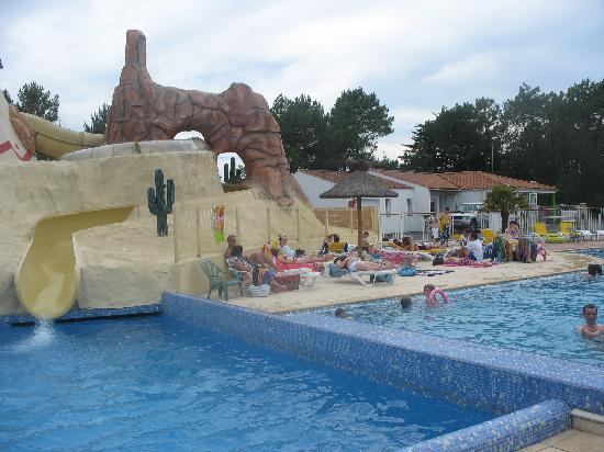 Camping Les Genets: Another view of Les Genets Pool