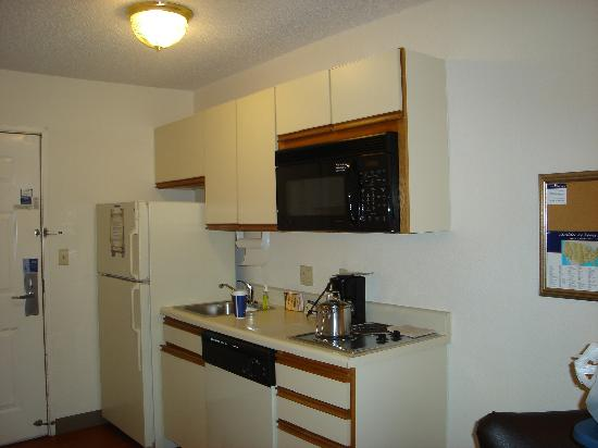 Candlewood Suites - Fort Worth/Fossil Creek : Kitchenette in room