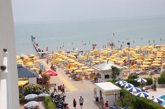 Hotel Ril: View of the busy Jesolo beachfront