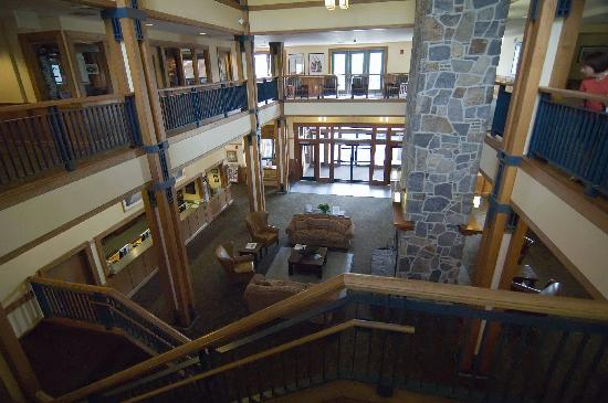 Grand Summit Resort Hotel at Mount Snow: Another lobby view