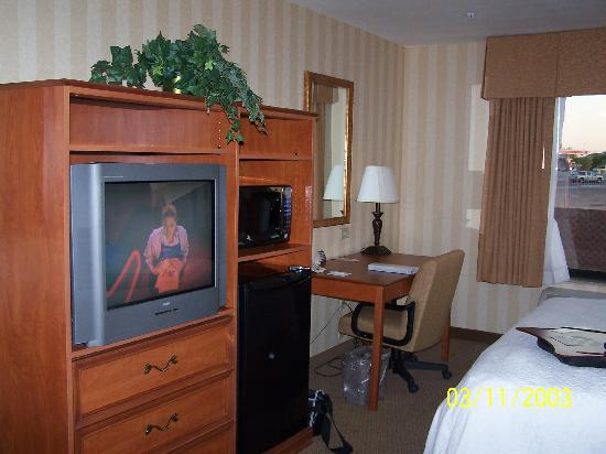 Hampton Inn & Suites Yuma: T.V.  and desk