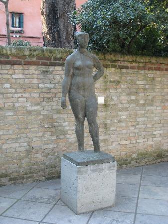 พิพิธภัณฑ์ศิลปะเพกกี กุกเกนไฮม์ คอลเลคชัน: Statue at the Peggy Guggenheim Museum, Venice, Italy