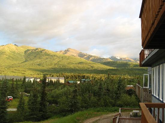 Denali Lakeview Inn: Looking right from our room's balcony.