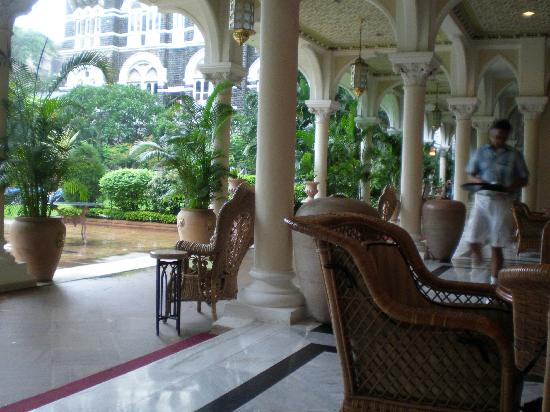 The Taj Mahal Palace : Pool side lounge area