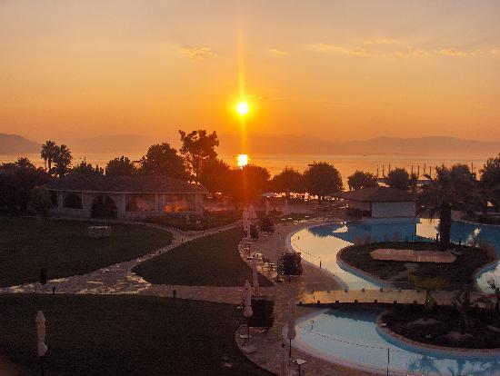 Corfu Chandris Hotel: Lever de soleil depuis la terasse du restaurant