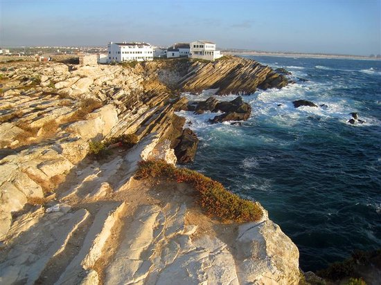 Baleal, Portugal: Casa das Marés (left building), beach to Peniche to the right