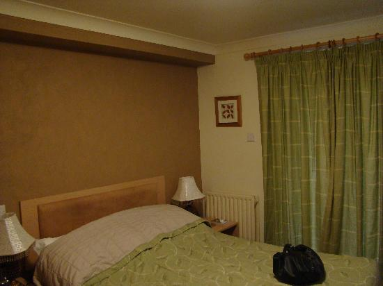 Llanwenarth Hotel & Riverside Restaurant: Bedroom