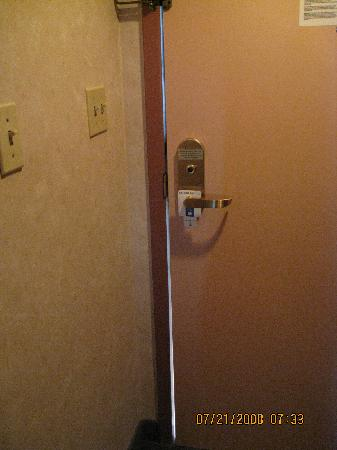 Comfort Inn at the Park: Gap between door and door frame