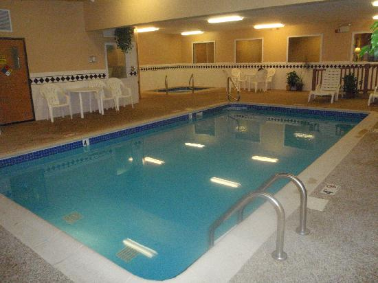 Ramada by Wyndham Spirit Lake/Okoboji: pool and jacuzzi area