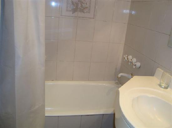 Tritone Hotel: bath