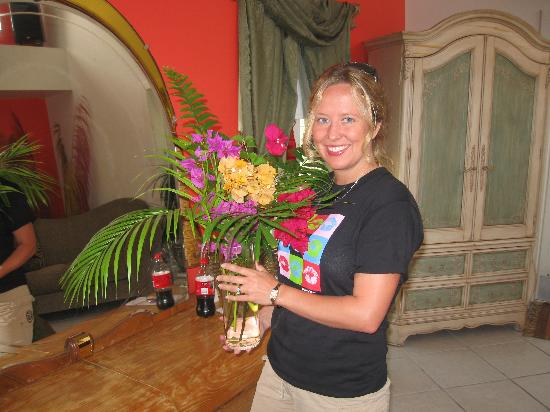 Atlantis House: Fresh flowers from the gardens (put in our room by Steve & Kayla)