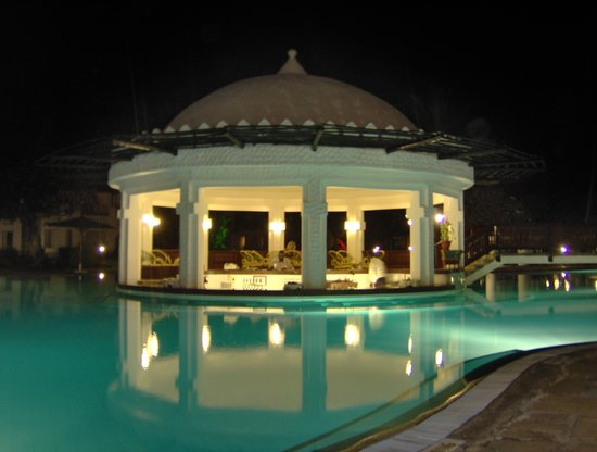Southern Palms Beach Resort: pool area at night
