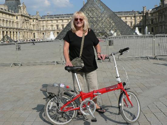 باريس, فرنسا: Bike tour around Paris - The Louvre