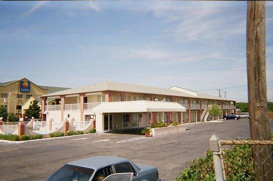 Knights Inn Waco: Clean grounds