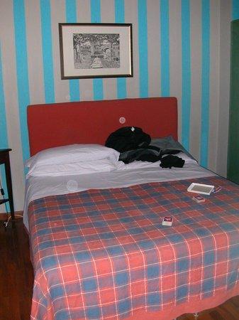 โรงแรมชาเลสตัน:                                     Double bed bug bed in stunning colour co-ordination